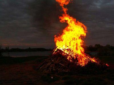 Osterfeuer am Hufeisensee bei Nacht