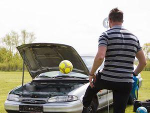 Fussball in Motorraum einlochen