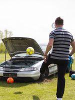 Fussball im Motorraum einlochen