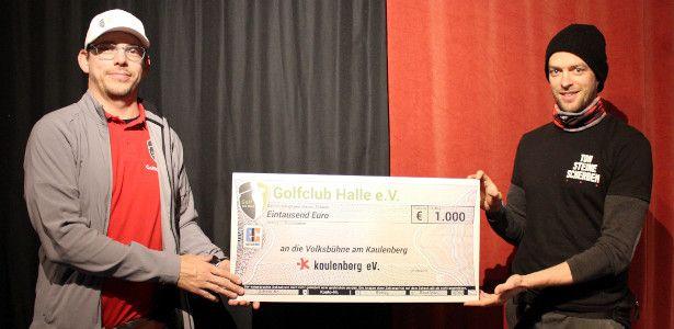 Vorstandsmitglied Sven Roloff übergibt den Scheck über 1000 € an Jonas Schütte vom Kaulenberg e.V.