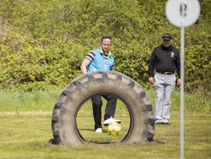 Reifenhindernis beim Fussballgolf