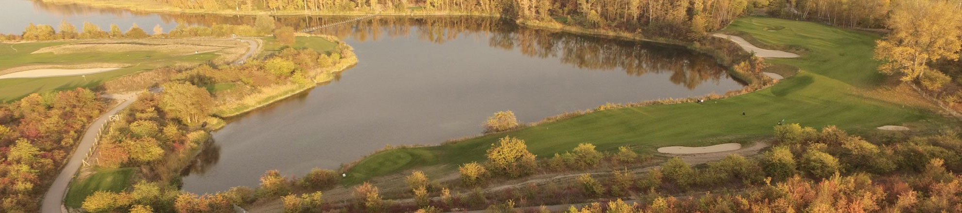 Luftbild von Loch 16 in Richtung Brücke